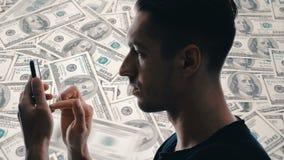 O homem da exposi??o dobro usa um smartphone para fazer o dinheiro Conceitos do neg?cio moderno no smartphone video estoque
