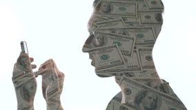 O homem da exposi??o dobro usa um smartphone para fazer o dinheiro Conceitos do neg?cio moderno no smartphone filme