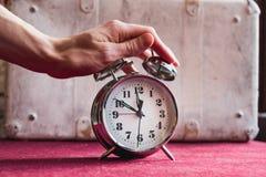 O homem da mão desliga o despertador, despertando fotos de stock royalty free