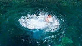 o homem da vista lateral faz o mergulho alto do barco no mar transparente video estoque
