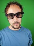 O homem das pessoas de trinta anos com vidros 3d está olhando um filme aborrecido Fotografia de Stock