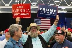 O homem de Amish acena sinais da campanha do trunfo imagem de stock royalty free