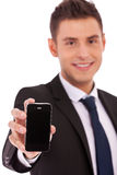 O homem de Buiness mostra um smartphone fotografia de stock