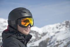 O homem de encontro às montanhas Imagem de Stock Royalty Free