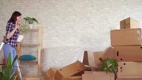 O homem de Fale cai com caixas, problemas ao transportar-se a um apartamento novo mo lento vídeos de arquivo