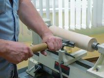 O homem de funcionamento segura o elemento de madeira Fotos de Stock