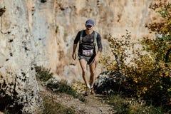 O homem de meia idade corre em uma fuga com trouxa running Fotos de Stock Royalty Free