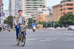 O homem de meia idade dá um ciclo no centro da cidade de Kunming, China Fotos de Stock Royalty Free