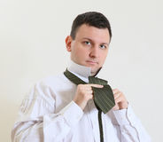 O homem de negócio amarra uma gravata Fotografia de Stock