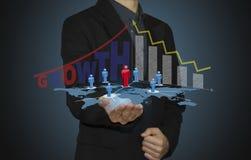 O homem de negócio analisa o gráfico disponível imagens de stock