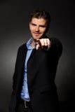 O homem de negócio aponta o dedo em você Fotografia de Stock Royalty Free