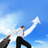O homem de negócio bem sucedido feliz corre com nuvem da seta Foto de Stock Royalty Free