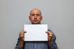 O homem de negócio calvo está levantando com espaço vazio da cópia imagem de stock