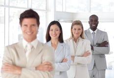 O homem de negócio com braços dobrou-se com equipe do negócio Fotos de Stock