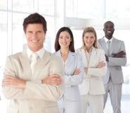 O homem de negócio com braços dobrou-se com equipe do negócio Foto de Stock