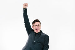O homem de negócio com os braços aumentou no sucesso isolados no fundo branco imagem de stock