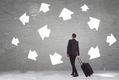 O homem de negócio deve escolher um destino imagens de stock royalty free