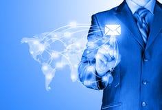 O homem de negócio distribui o correio digital imagem de stock