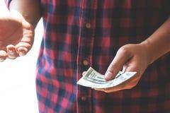 O homem de negócio entrega o dinheiro entregando sobre um tratamento fotos de stock royalty free