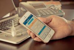 O homem de negócio está usando o telefone celular para registrar o hotel no registro com fotografia de stock royalty free