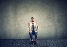 O homem de negócio forçado que senta-se em um sentimento da cadeira sobrecarregou gritar imagens de stock royalty free