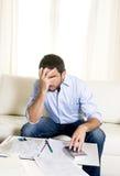 O homem de negócio mexicano espanhol preocupou contas pagando no sofá Fotografia de Stock Royalty Free