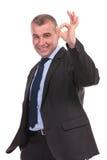 O homem de negócio mostra o sinal aprovado Imagens de Stock