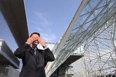 O homem de negócio não quer ver, um conceito de três macacos Foto de Stock
