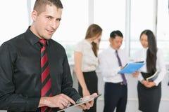 O homem de negócio novo bem sucedido que guardam o PC da tabuleta e o negócio team Foto de Stock Royalty Free