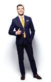 O homem de negócio novo de sorriso feliz com polegares levanta o gesto imagens de stock royalty free