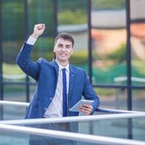 O homem de negócio novo pensa olha acima o PC da tabuleta da posse Foto de Stock Royalty Free