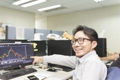 O homem de negócio obtém o sorriso feliz imagem de stock royalty free