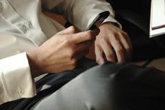 O homem de negócio ocasional está usando seu telefone celular imagem de stock