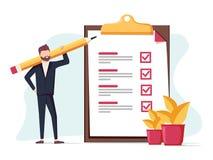 O homem de negócio positivo com um lápis gigante no seu ombro próximo marcou a lista de verificação em um papel da prancheta Imagens de Stock Royalty Free