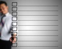 O homem de negócio projetou a lista de verificação vazia Fotografia de Stock