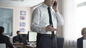 O homem de negócio que discute sobre o telefone, editor de jornal ameaça descobrir o segredo video estoque