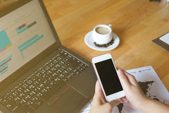 O homem de negócio que usam o smartphone do portátil e a tabuleta para o gráfico financeiro analítico tendem o planeamento da pre Imagem de Stock