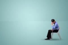 O homem de negócio senta-se e pensar Fotografia de Stock