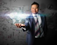 O homem de negócio toma o mundo no mundo do negócio Fotografia de Stock Royalty Free