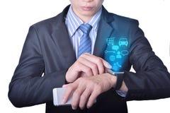 O homem de negócio usa o relógio esperto com conceito do ícone da tecnologia Imagens de Stock Royalty Free