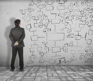 O homem de negócio vê a carta no tijolo branco pavimentar e no muro de cimento fotografia de stock royalty free