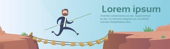 O homem de negócio vai conceito perigoso do risco da ponte de corda da estrada da montanha ilustração stock