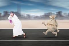 O homem de negócios árabe é palavra perseguida do trunfo na trilha Fotos de Stock