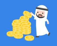 O homem de negócios árabe bonito pôs moedas de ouro sobre a pilha de dinheiro, negócio ilustração stock