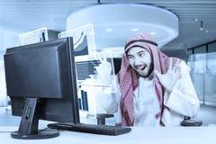 O homem de negócios árabe sente feliz com gráfico virtual Fotografia de Stock Royalty Free
