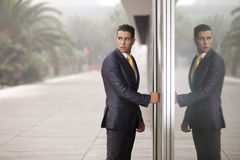 O homem de negócios abre a porta do escritório Fotografia de Stock Royalty Free