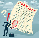 O homem de negócios abstrato inspeciona o contrato Foto de Stock