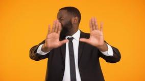 O homem de negócios afro-americano descontentado que recusa o negócio inútil, para a fraude vídeos de arquivo