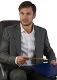 O homem de negócios no escritório senta-se em uma cadeira fotos de stock