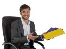 O homem de negócios no escritório senta-se em uma cadeira fotografia de stock